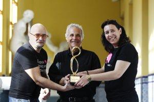 Paco Valverde y Elvira Fernández, con el presidente del concurso estadounidense 'Mobius' (c), Lee Gluckman, ayer en la Esdir. :: JUSTO RODRÍGUEZ